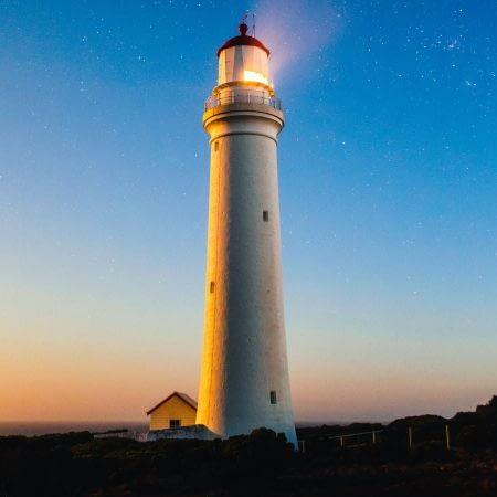 Leuchttürme zählen gemeinhin als unentbehrlicher Wegweiser –das perfekte Symbolbild für eine Führungskraft also.