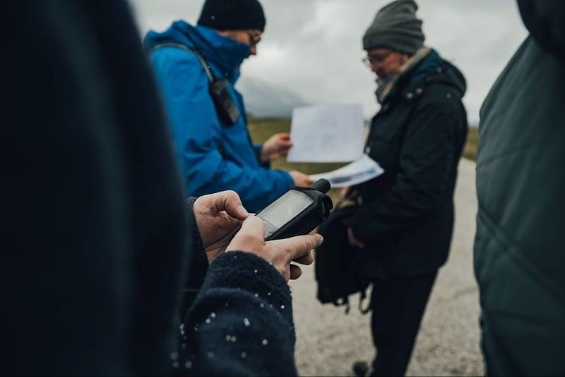 """Bei der GPS-Orientierungstour erfährt die Gruppe wertvolle """"Learnings"""" für Kommunikation und teamübergreifende Zusammenarbeit."""
