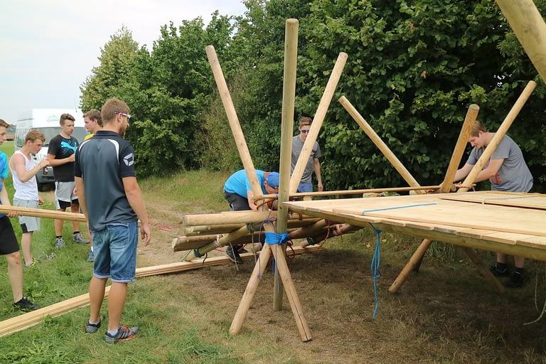 Teambuilding beim Holzbrückenbau